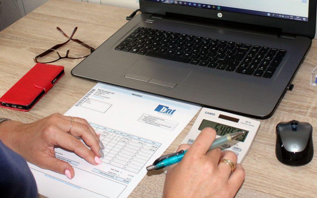 Jak prawidłowo wystawić invoice w UK?